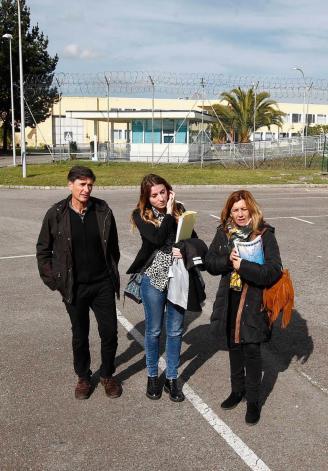 Enrique López, Lucía Montejo y Rosa Espiño, ayer, ante el acceso principal al centro penitenciario de Asturias. LUISMA MURIAS